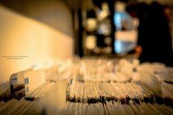 """Księgarnia muzyczna muzyczna <strong>Nasza księgarnia muzyczna (<a href=""""http://www.muzyka-bez-zaiks.pl/muzyka-w-sklepie/"""">okazyjne muzyka do sklepu</a>) oferuje różnorodny asortyment</strong></p> <p>Nie tylko przed świętami, w okresie poszukiwań darów znakomitych pod choinkę, warto sprawdzić najnowszy asortyment, który przedstawia swoim klientom księgarnia muzyczna. Doskonale przygotowane oferty obejmują rozmaite gatunki muzyczne, dzięki czemu mogą znaleźć odbiorców wśród słuchaczy różnej muzyki. Duża [TAG=oferta' title=&#8217;Księgarnia muzyczna' style=&#8217;margin:7px;&#8217;/> <div class="""